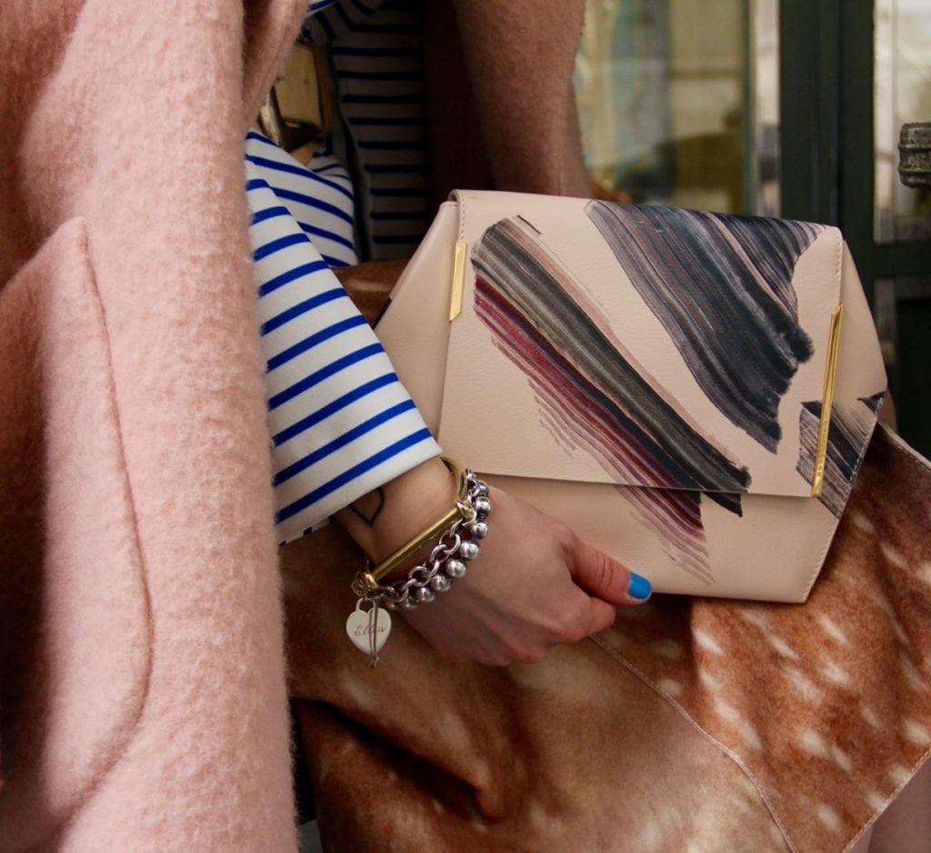 Mujer con bolso en la mano