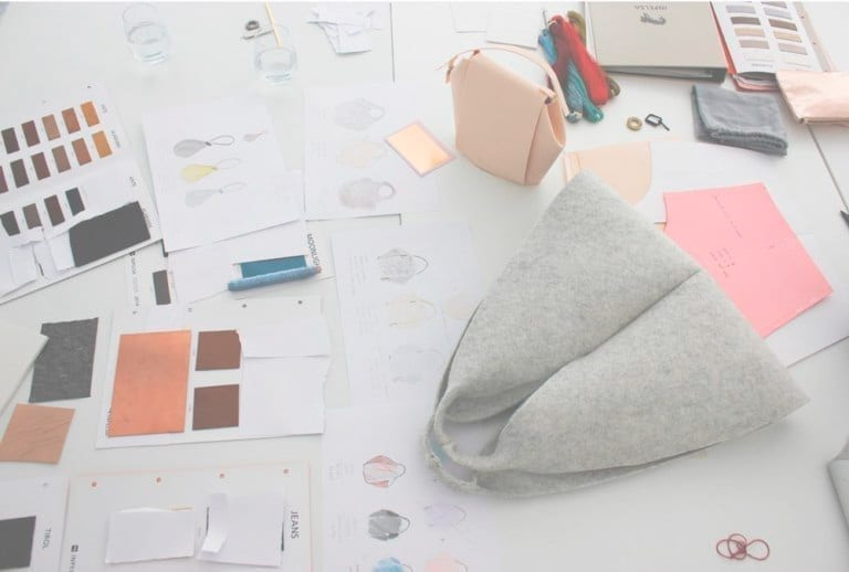 Bolso sobre mesa de trabajo